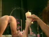 La nana �teint une bougie en pissant