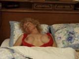 Une vieille mature se fist sur son lit