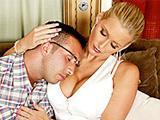Maman blonde enculee par le copain de son fil