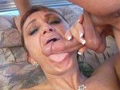 Je gicle dans la bouche d'une femme mature