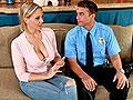 Une mère baisée par un policier