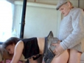 Un vieux pervers abuse d'une chatte vierge