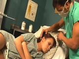 Une patiente sous anesth�sie bais�e � fond