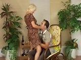 Patronne mature baisee par un jeune employe