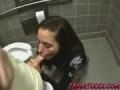 Pipe et levrette dans les toilettes