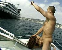 Des �changistes s'envoient en l'air sur un bateau