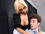 Jeune puceau défonce une secrétaire