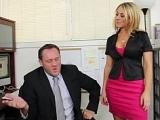 Secretaire en chaleur veut la bite du patron
