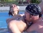 Sexe hard au bord de la piscine