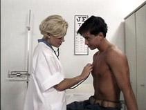 Son docteur de famille lui suce la bite