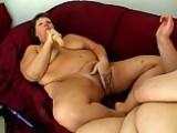 Trois grosses cochonnes prennent du bon temps entre femmes.