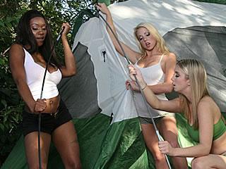 Trois petites salopes fourrées dans une tente