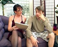 Un jeune etudiant baise une femme mure