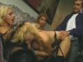 Un mec defonce la chatte et le cul d une blonde devant deux trans chaudes