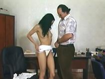 Un medecin baise sa jeune patiente