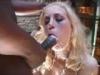 Une blonde prend des giclees de foutre a cote d une brune enculee