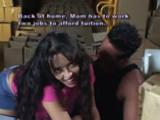 Une femme baise sa copine avec un gode-ceinture