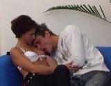 Femme mûre baisée par un chaud jeune homme