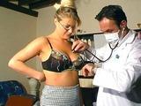 Une femme mure baisee par son docteur
