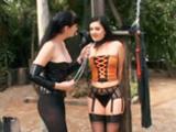 Lesbienne domin�e par une salope sado maso