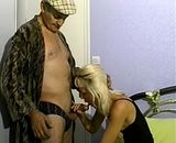 Une jeune aide menagere suce un vieux grand pere