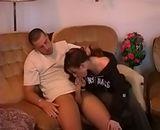 Une jeune fille suce son copain en rentrant du lycee