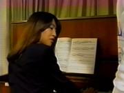 Une jeune prof de piano suce son eleve