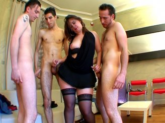 Vendeuse d�fonc�e pendant un gang bang
