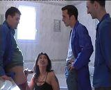 Maman arabe bais�e par trois ouvriers