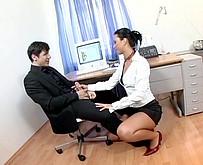 Une secretaire gourmande de bite suce son patron