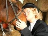 Vieille cochonne se gode sous l'admiration de son cheval