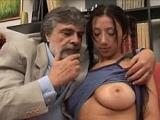 Vieux pervers sexuel se tape une jeune de 19 ans